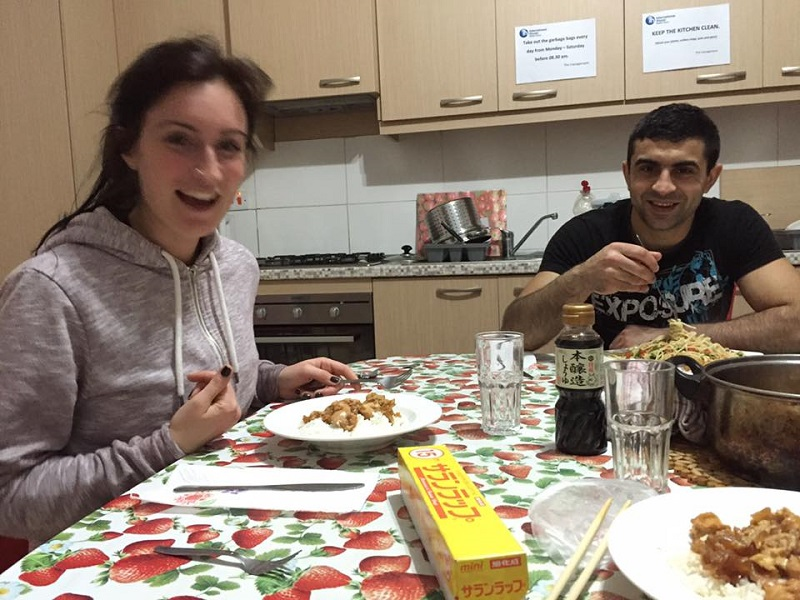 夜は寮でみんなと料理を作りあいます