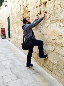 イムディーナの町で壁に上ろうとするクラスメイト。笑