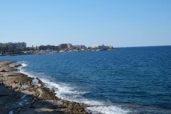 海岸は手すりなども整備されていてどこでも海水浴を楽しめます。