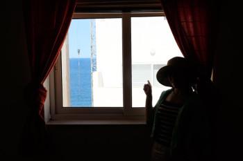 寝室の窓からは、ビルの間からですがオーシャンビューです。