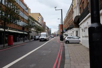 学校前の通り。