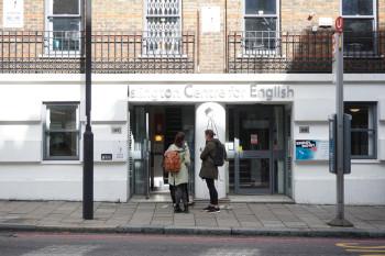 留学ではなくロンドンですむ外国人も通っています