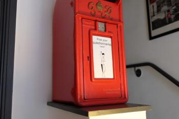 イギリスらしい赤いポスト。質問があればここに入れてくださいね!