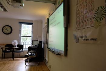 黒板でもホワイトボードでもなく「電子ボード」!