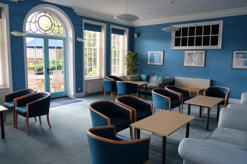 キレイなブルーでまとめられた休憩室。オーナー自ら色を塗っているのだそう!