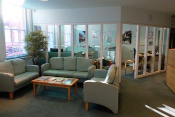 校長室。学校受付そばにあり、オープンな雰囲気。