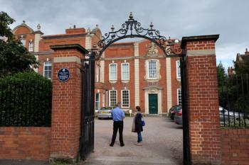 子供用サマープログラムキャンパスはイギリスらしいレンガ造り。