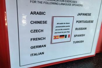 母国語にはない発音は難しいもの。国ごとの特徴にあわせて指導されます。