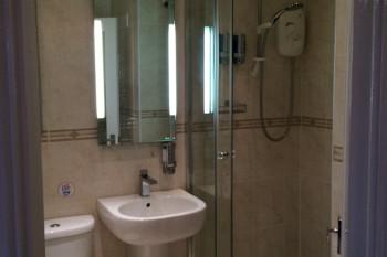 en-suit=プライベートバスルーム。トイレとシャワーが部屋についています。